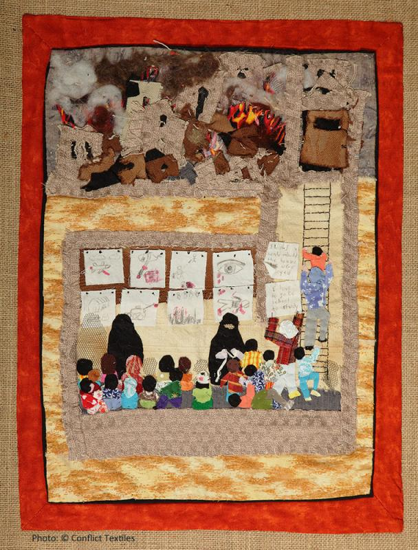Aleppo school / Escuela en Aleppo, Siria, English arpillera, Linda Adams, 2016, Photo Martin Melaugh, Conflict Textiles collection