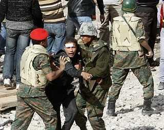 Militär und AktivistInnen in Aegypten