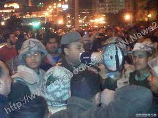 Armeeoffiziere, die Demonstranten zum Gehen auffordern